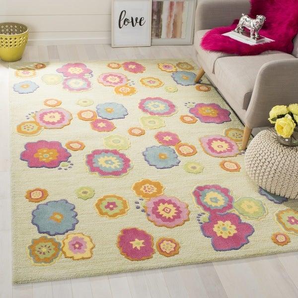 Safavieh Handmade Children's Flowers Green New Zealand Wool Rug - 3' x 5'