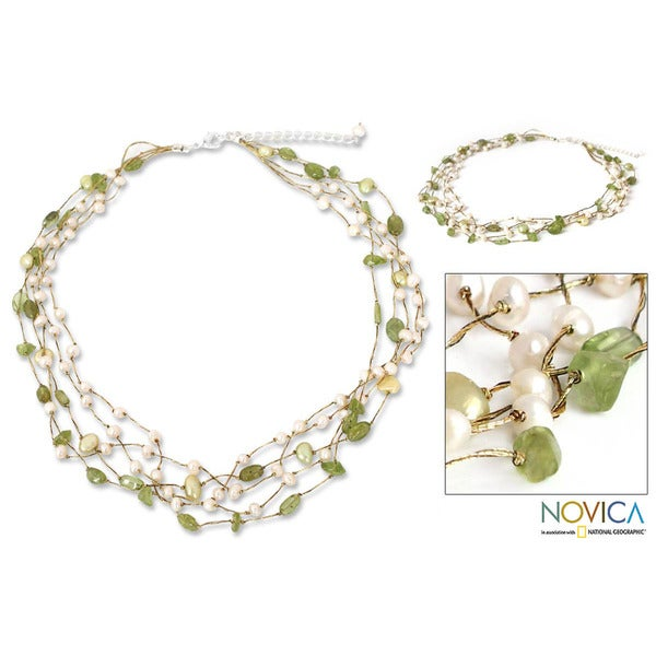 Handmade Peridot and Pearl 'Cloud Forest' Necklace (4-7 mm) (Thailand)