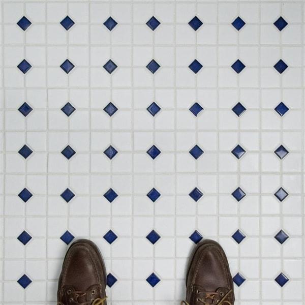be15690bebca Shop SomerTile 11.5x11.5-inch Cambridge Matte White with Cobalt Dot ...