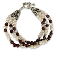 Handmade Sterling Silver 'Pure Love' Garnet and Pearl Bracelet (6 mm) (India)
