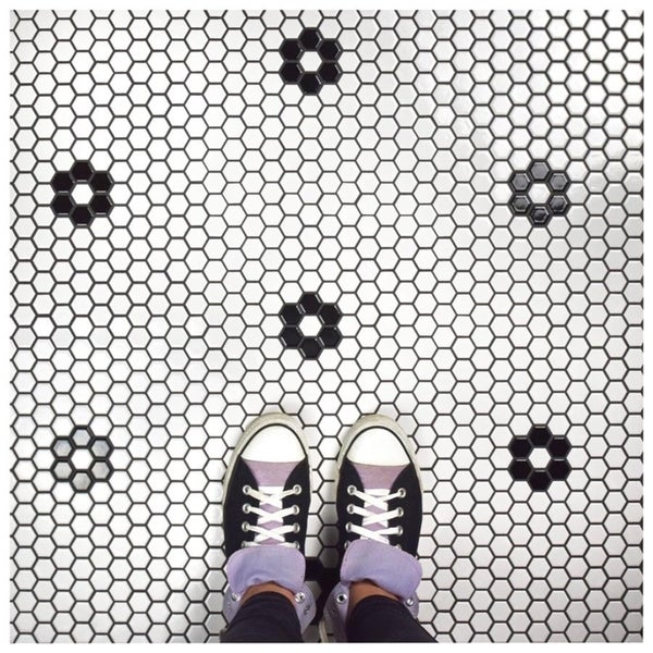 SomerTile 10.25x11.75-inch Victorian Hex White with Flower Porcelain Mosaic Floor and Wall Tile (10 tiles/8.54 sqft.)