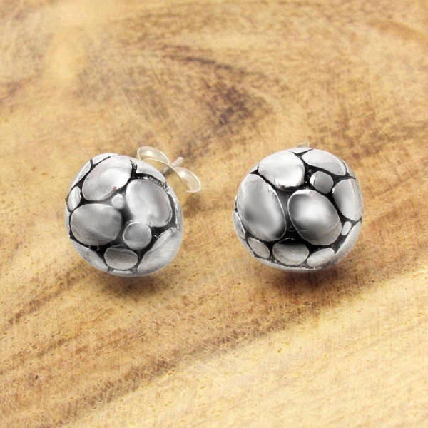 Handmade Round Dome Pattern Silver Stud Earrings (Thailand)