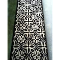 Safavieh Hand-Hooked Four Seasons Black/ Ivory Polyester Rug - 8' x 10'