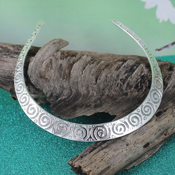 Handcrafted Silver-plated Brass Wavy Everyday Choker Necklace (India)