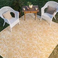 Hand-hooked Indoor/ Outdoor Ivory/ Gold Medallion Patio Area Rug - 5' x 7'6