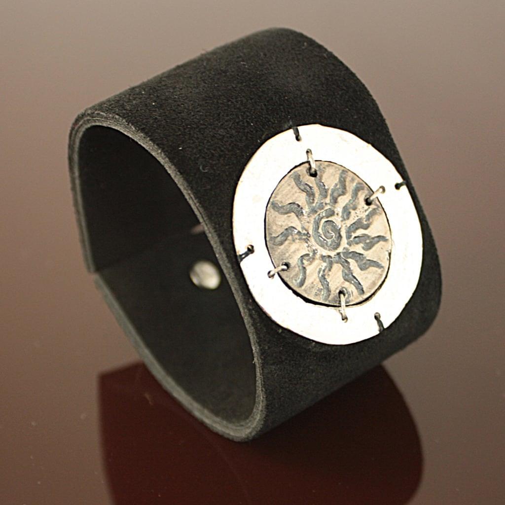 Handcrafted Silvertone Pewter Sunburst Black Leather Bracelet (India)