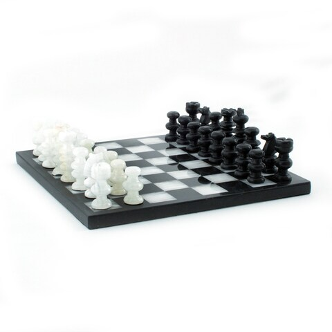 Handmade Triumph Hand Carved Black and White Onyx and Marble Game Decorative Chess Set (Mexico)