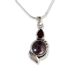 Handmade Sterling Silver 'Romance' Garnet and Pearl Necklace (10 mm) (India)