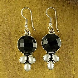 Handmade Sterling Silver 'Classic Facets' Onyx and Peal Earrings (5 mm) (India)