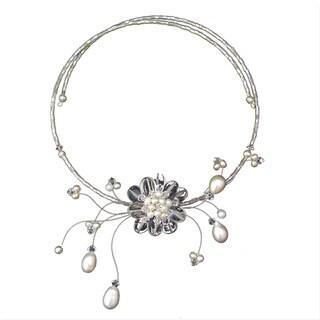 Handmade Pearl 'Iridescent Bloom' Quartz Necklace (3-8 mm) (Thailand)