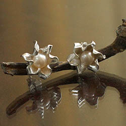 Handcrafted Silver 'Glorious Flower' Pearl Earrings (6 mm) (Peru)