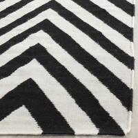 Safavieh Hand-woven Moroccan Reversible Dhurrie Chevron Reversible Dhurrie Black Wool Rug (6' Square - 6'
