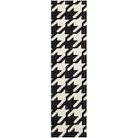 "Safavieh Hand-woven Moroccan Reversible Dhurrie Black/ Ivory Wool Rug - 2'6"" x 8' Runner"