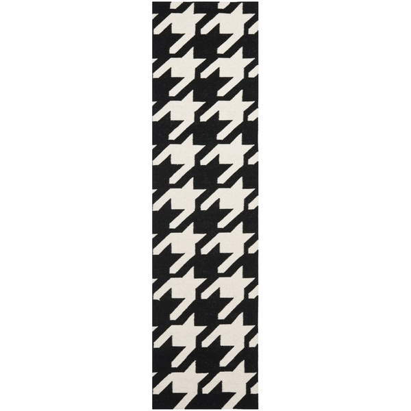 Safavieh Hand-woven Moroccan Reversible Dhurrie Black/ Ivory Wool Rug (2'6 x 8')