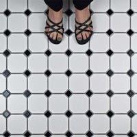 SomerTile 11.625x11.625-inch Victorian Octagon White with Black Dot Porcelain Mosaic Floor Tile (10 tiles/9.6 sqft.)