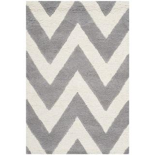 Safavieh Handmade Moroccan Cambridge Chevron Silver Wool Rug (2'6 x 4')
