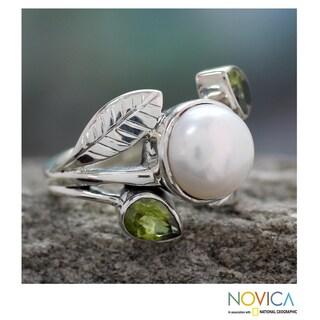 Handmade Sterling Silver Mumbai Romance Freshwater Pearl Peridot Ring (9.5 mm) (India)
