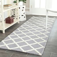 Safavieh Handmade Moroccan Cambridge Squares-pattern Silver/ Ivory Wool Rug (2'6 x 10') - 2'6 x 10'