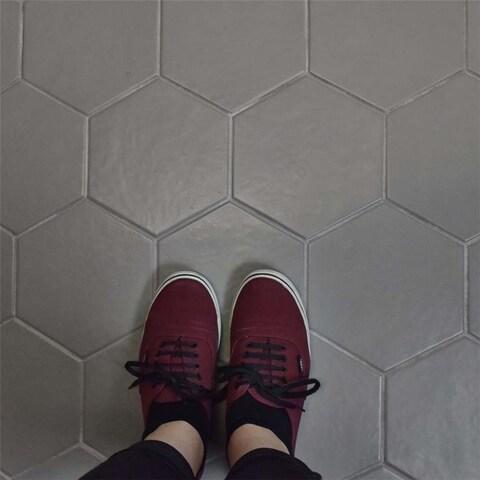SomerTile 7x8-inch Hextile Matte Gris Porcelain Floor and Wall Tile (14 tiles/4.4 sqft.)