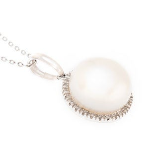 Kabella 14k White Gold FW Pearl and 1/6ct TDW Diamond Necklace (H-I, I1-I2)