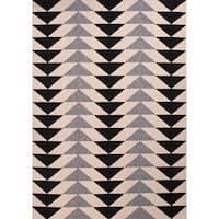 "Maverick Indoor/ Outdoor Geometric Black/ Cream Area Rug (4' X 5'3"") - 4' x 5'3"