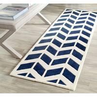 "Safavieh Handmade Moroccan Chatham Chevron-pattern Dark Blue/ Ivory Wool Rug - 2'3"" x 7'"