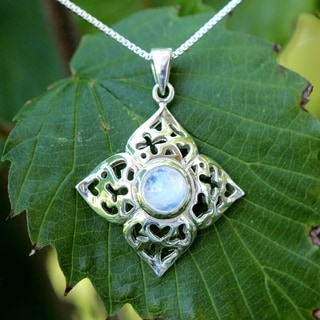 Sterling Silver Round Moonstone Flower Design Necklace (Thailand)