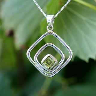 Handmade Sterling Silver Princess-cut Peridot Temporary Design Necklace (Thailand)