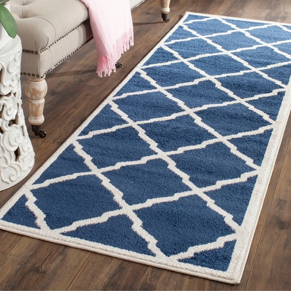 Safavieh Indoor/ Outdoor Amherst Navy/ Beige Rug - 2'3 x 7'