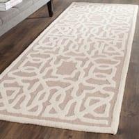 Safavieh Handmade Cambridge Beige/ Ivory Wool Rug - 2'6 x 8'