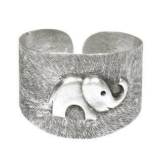Aeravida Thai Karen Handmade Guardian Elephant Sterling Silver Cuff (Thailand)