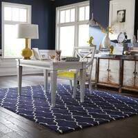 Hand-crafted Wool Scalloped Lattice Navy/ Ivory Rug (8' x 10') - 8' x 10'
