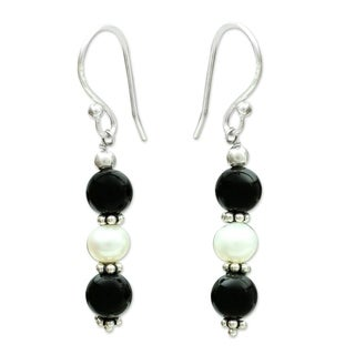 Handmade Sterling Silver 'Midnight Dreams' Onyx Pearl Earrings (5 mm) (India)