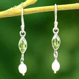 Handmade Sterling Silver 'Spirit of Life' Pearl Peridot Earrings (3 mm) (India)