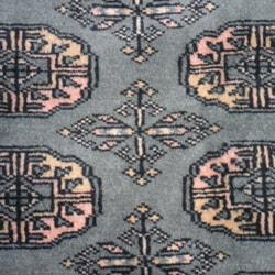 Pakistani Hand-knotted Bokhara Green/ Ivory Wool Rug (2' x 3') - Thumbnail 1