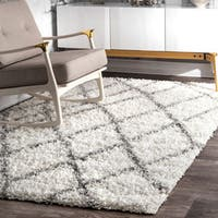 Clay Alder Home Colville Moroccan Trellis White/ Grey Easy Shag Area Rug (4' x 6')