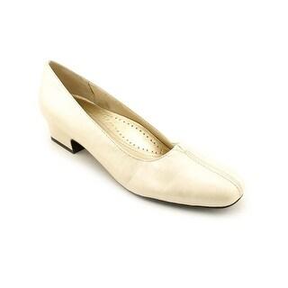 Trotters Doris Women SS Square Toe Leather Ivory Heels