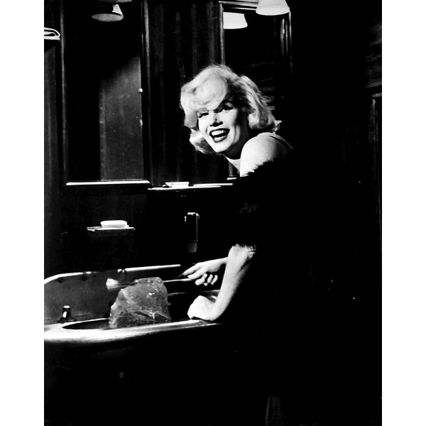 98a906e90dc Shop Marilyn Monroe on the set of Some Like It Hot Photo Print - Free  Shipping On Orders Over $45 - Overstock - 25379677