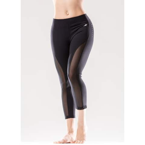 Sculpted Low-Waisted Capri Leggings with Mesh Panels and Reflective Strips
