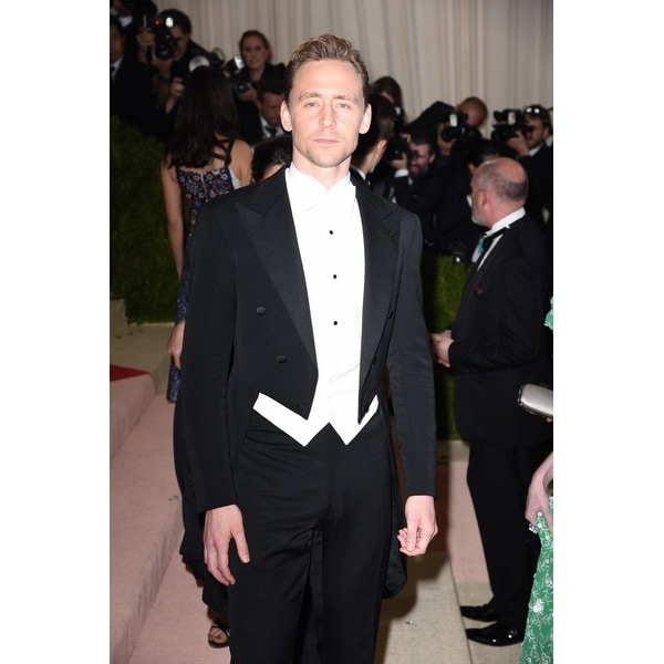 Tom Hiddleston At Arrivals For Manus X Machina Fashion In An Age Of  Technology Opening Night Costume Institute Annual Gala - Par