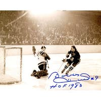 Bobby Hull Blackhawks BW Shot On Goal 8x10 Photo wHOF 1983