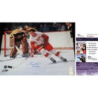 Gordie Howe Signed - Autographed Detroit Red Wings 16 x 20 in.