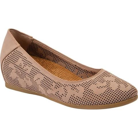 Bare Traps Women's Nixy Perforated Wedge Caramel Aberdeen Faux Leather