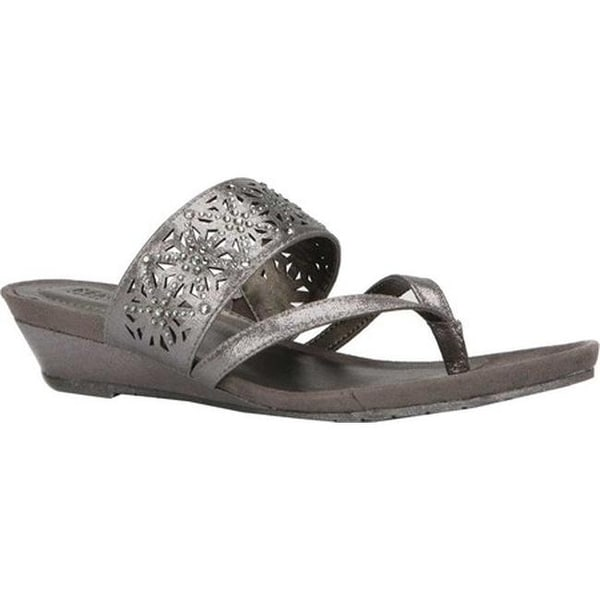 9d85f46b97 Kenneth Cole Reaction Women's Great Chime Thong Sandal Pewter Metallic