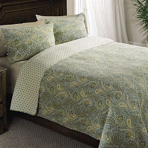 Patterned bed quilts are modern and stylish