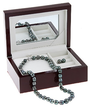 A luxurious Tahitian pearl necklace