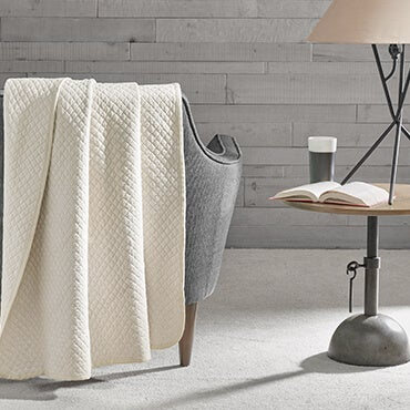 Cotton heathered quilted jesey knit throw in cream