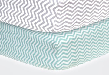 Two sheets with the same zigzag pattern in different colors