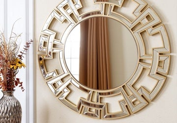 Round mirror with a stylishly decorated rim
