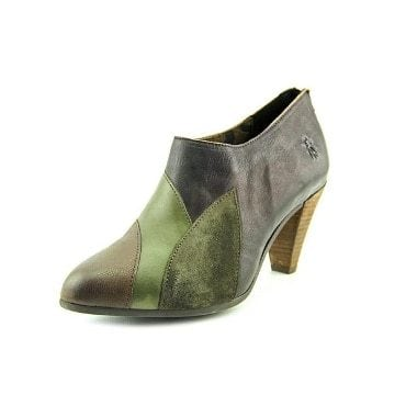 Green pointed-toe boots